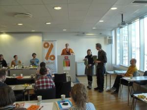 De avtroppende arbeidsutvalg-medlemmene Eivind Hageberg og Marianne Granheim Trøyflat får blomster som takk for innsatsen.