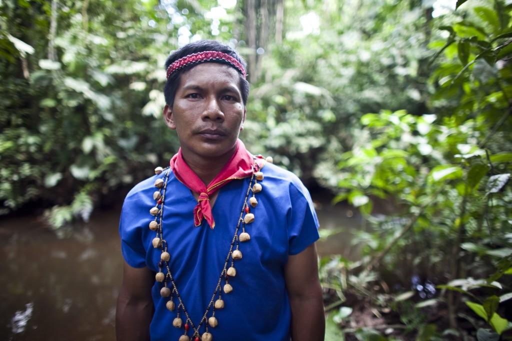 Etter 20 års kamp for at Chevron skal rydde opp oljesøl, vann urfolksgruppa i høgsterett. Men nyleg slo Chevron tilbake ved å saksøke Ecuador gjennom ein BIT, der regjeringa vart pålagt å oppheve dommen og 20 års  rettsgang i nasjonalt rettsvesen. Slik mista mellom urfolksgruppa Cofán Dureno sjansen til å prøve sin sak for  retten. Foto: Rainforest Action Network (Creative Commons CC-BY-SA).